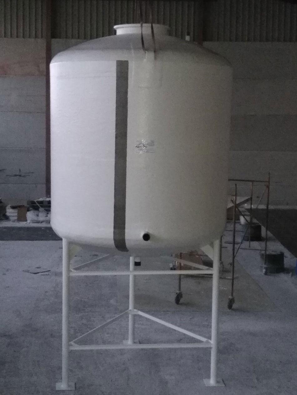 Depósito vertical con patas metálicas
